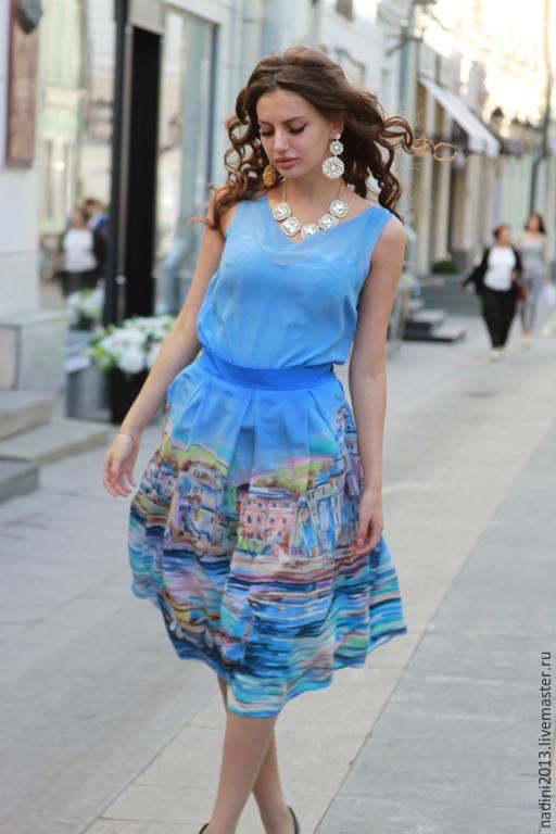 Шёлковый костюм юбка и блуза выполнен в технике холодный батик на крепдешине. Юбка имеет подъюбник из натуральной органзы. Образец 42 размера. Так же можно по желанию выполнить в другой цветовой гамме