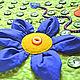 Внутри больших цветов, сшитых из плотного хлопка, насыпан пластиковый гранулят и бусины разных размеров.