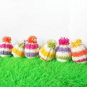 Подарки к праздникам ручной работы. Ярмарка Мастеров - ручная работа Радужные полосатые шапочки с помпоном для пасхального яичка. Handmade.