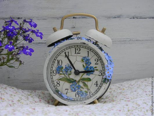 """Часы для дома ручной работы. Ярмарка Мастеров - ручная работа. Купить Часы-будильник """"Незабудки"""". Handmade. Бежевый, часы-будильник"""