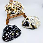 Сувениры ручной работы. Ярмарка Мастеров - ручная работа Расписной камень с изображением кошек. Handmade.