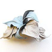 Украшения ручной работы. Ярмарка Мастеров - ручная работа Заколка цветок для волос из кожи  Северный Ветер  голубая бежевая тауп. Handmade.