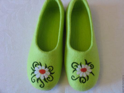Обувь ручной работы. Ярмарка Мастеров - ручная работа. Купить тапочки валяные из тонкой мериносовой шерсти с ромашкой. Handmade.