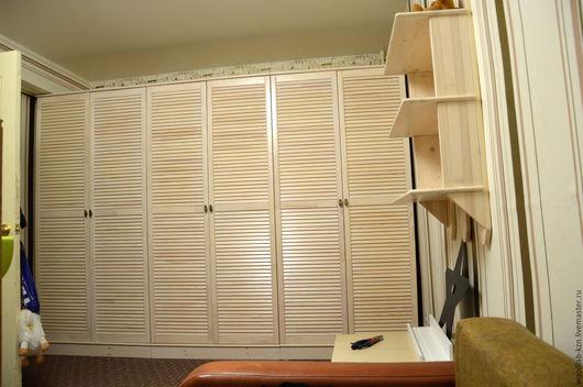 Шкаф в детскую комнату из трех модулей и подвесная полка. Каркас и фасады осветлены белой морилкой, прозрачный грунт, прозрачный лак. Материал - мебельный щит, жалюзийные фасады.