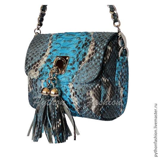 Яркая небольшая сумочка из кожи питона на длинной цепочке через плечо. Легкая весенняя сумочка ручной работы, стильный модный аксессуар, кросс-боди. Маленькая легкая сумочка из питона на весну лето.