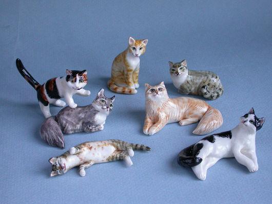 Фарфоровые копии реальных кошек : слева на право -  Муся и Зося, Алиса, Гоша, Ася, Лёлик и Тося