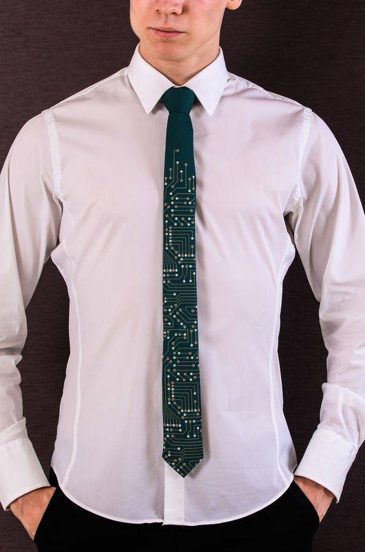 Размер 2333 x 3527. Красивый галстук темно-зеленого цвета имитирует компьютерную плату! Отлично смотрится как со строгим костюмом, так и просто с рубашкой и джинсами