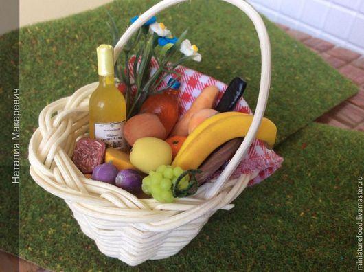 Кукольная Корзинка с набором продуктов для пикника. Миниатюра ручной работы
