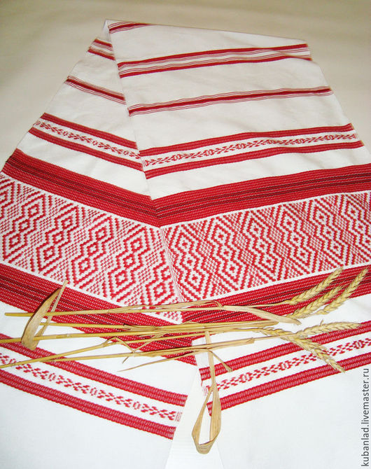 Тканый вручную рушник имеет рельефную структуру ткани.