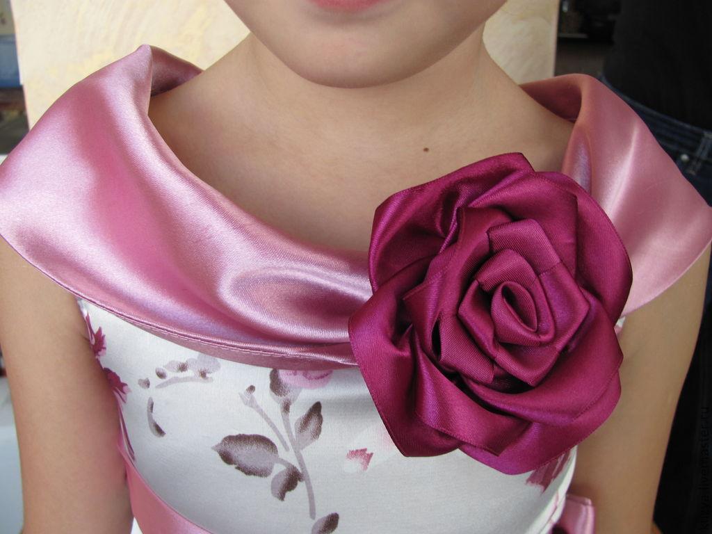 Платье с цветами из атласных лент