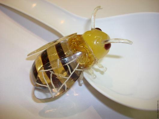 """Миниатюрные модели ручной работы. Ярмарка Мастеров - ручная работа. Купить фигурка из янтаря """"Пчела"""". Handmade. Янтарь натуральный"""