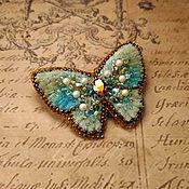 Брошь-булавка ручной работы. Ярмарка Мастеров - ручная работа Вышитая брошь Бирюзовая бабочка. Handmade.