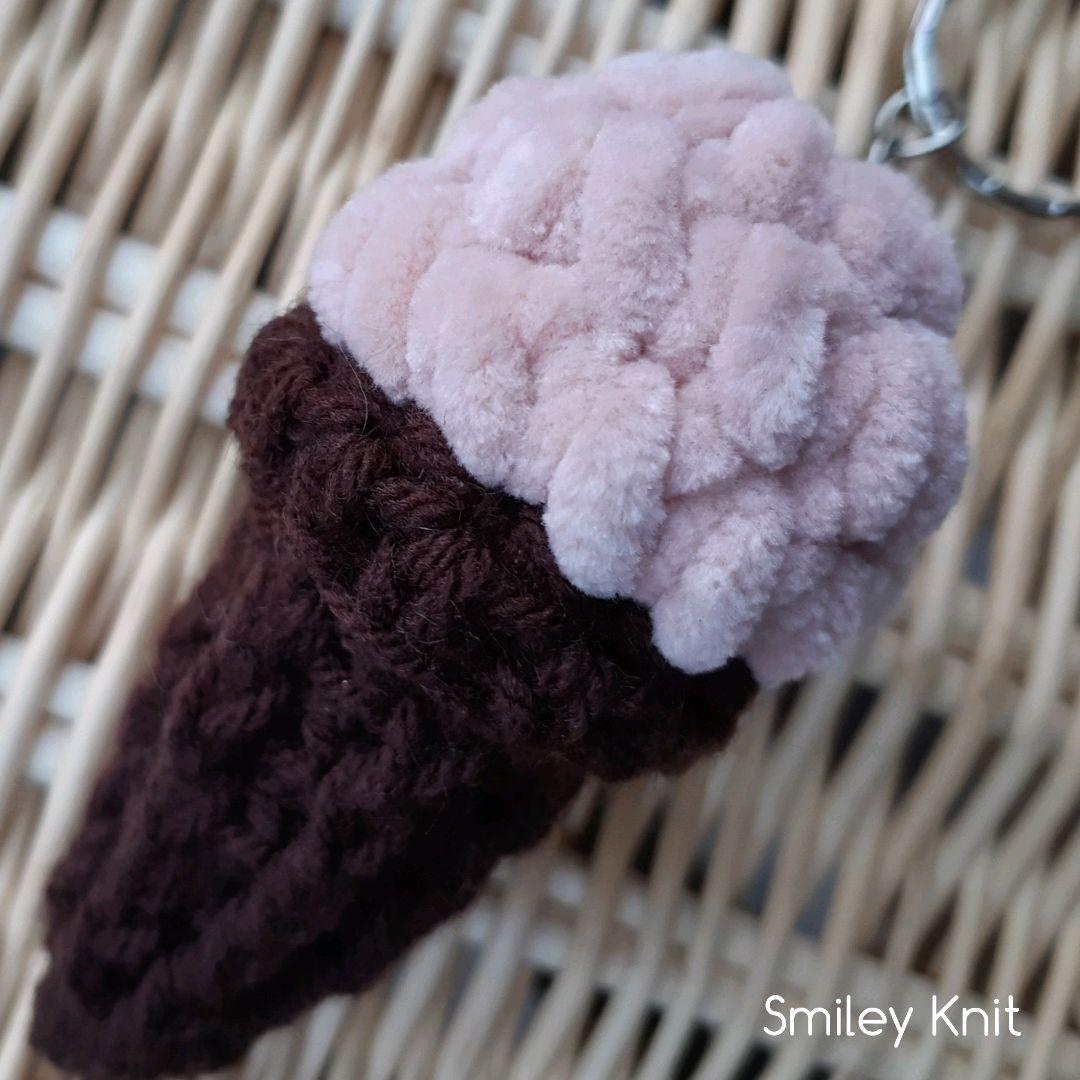 Вязаный брелок - мороженное рожок