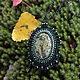 Кулон Уральская легенда выполнен из чешского бисера черного, тёмно-серебристого, изумрудно-зелёного и оливкового цветов.  В центре овальный кабошон змеевика длиной около 5 см с шелковистым блеском.