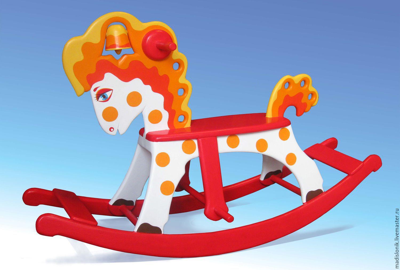 Красный конь с колокольчиком. Имеет несколько вариантов цветового решения. Дополнительная информация на сайте: https://loshadka-kachalka.jimdo.com/