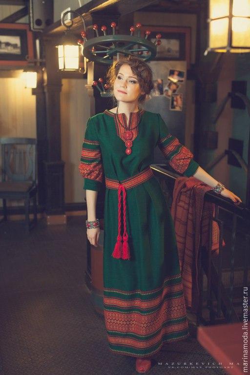 Платье зеленое традиционное, выполненное из украинского жаккарда. Возможно исполнение в бордовом и бирюзовом цвете. Очень красивое, прекрасно сочетается с красным пальто из одноименной коллекции.