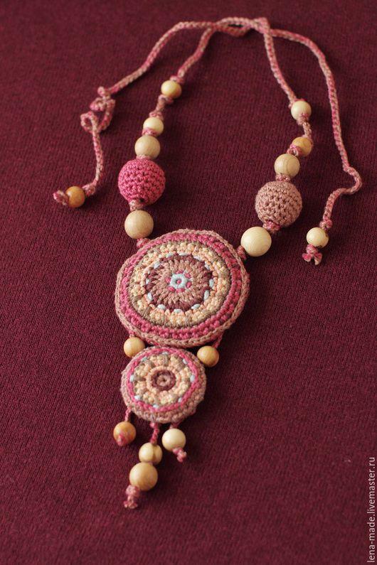 Вязаный кулон в этническом стиле `Пыльная роза` с можжевеловыми бусинами. Бохо украшения. Украшения в этно стиле.