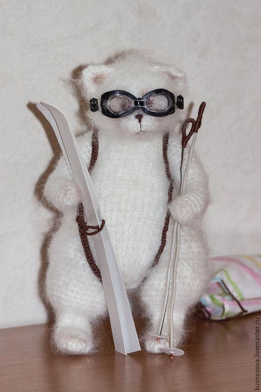 Игрушки животные, ручной работы. Ярмарка Мастеров - ручная работа. Купить Кот лыжник. Handmade. Белый, вязаный котик