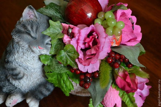 """Букеты ручной работы. Ярмарка Мастеров - ручная работа. Купить Букет из конфет """"Цветы,конфеты и...котенок в подарок"""". Handmade. Брусничный"""