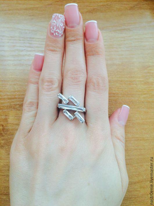 Необычное колечко из серебра 925 с фианитиками в виде колбочек приятно дополнит образ своей Обладательницы