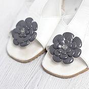 Украшения ручной работы. Ярмарка Мастеров - ручная работа Клипсы для обуви с серыми цветами из кожи. Handmade.