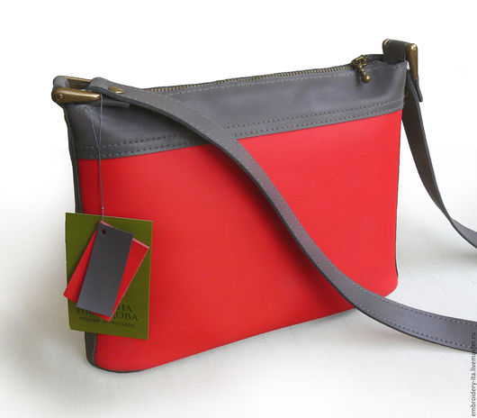 Сумочка кожаная женская на каждый день. Габариты сумки: высота 18см, длина 23см, донышко жесткое 23х5см. Максимальная длина ремешка 132см вместе с креплением. Ручная работа.