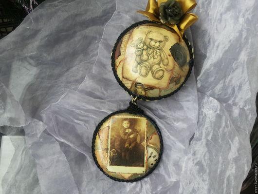 Первый подвес так быстро был продан,что я сделала Риме но немного другой внизу медальон украшен черным кантом и выглядеть он от этого стал по-моему еще призентабельнее.