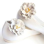 Свадебный салон ручной работы. Ярмарка Мастеров - ручная работа Клипсы для обуви белые цветы из кожи.  Клипсы для туфель. Handmade.