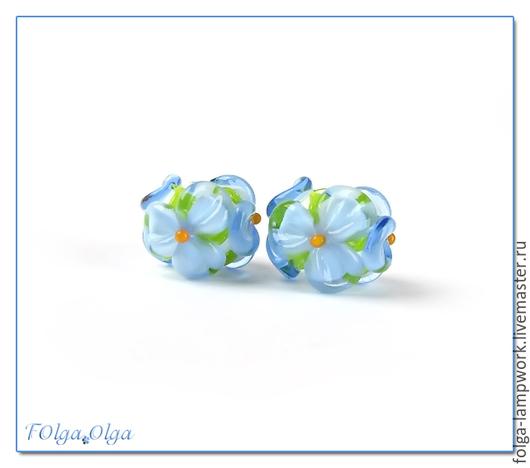 Для украшений ручной работы. Ярмарка Мастеров - ручная работа. Купить Пара бусин цветы голубые на белом (бусины лэмпворк). Handmade.