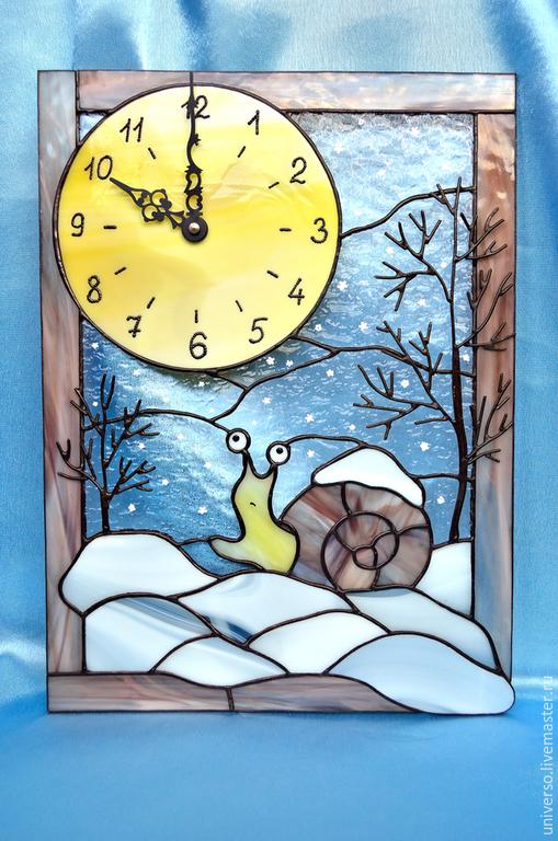 """Часы для дома ручной работы. Ярмарка Мастеров - ручная работа. Купить Часы """"Улитка и снег"""". Handmade. Разноцветный, Витраж, Снег"""