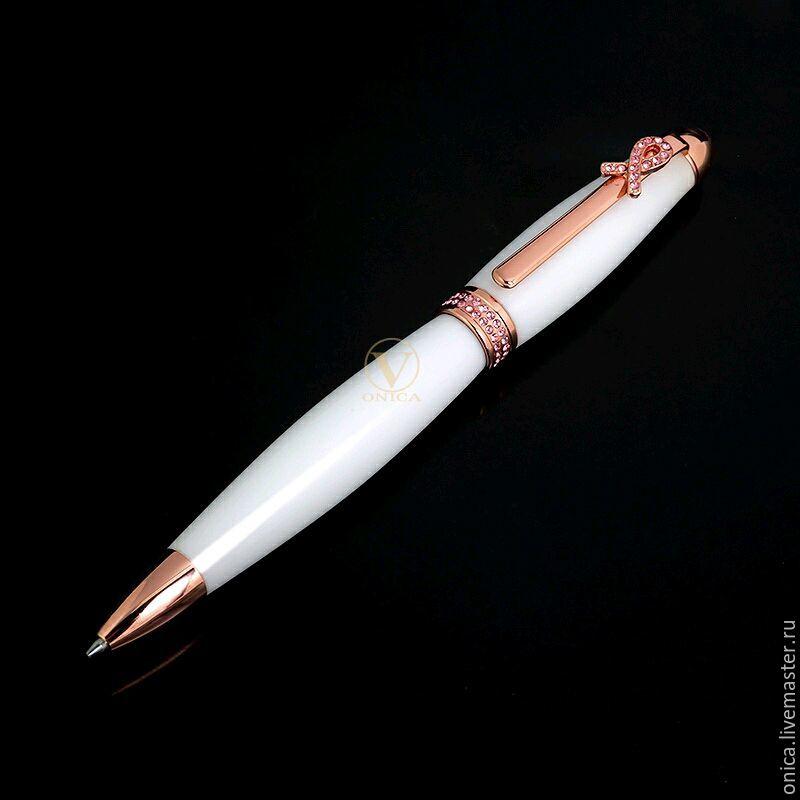 Шариковая авторучка ручной работы изготовленная из белоснежного акрила. Металлические части ручки инкрустированы розовыми стразами Swarovski.