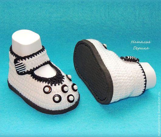 Авторские вязаные пинетки представлены на фото в размере 16,5 на ножку 10 см. Пинетки туфельки украшены пуговками и связаны на подошве из эвапласта, который практически невесом и очень мягкий.