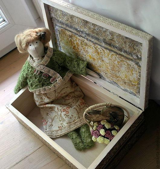 Здесь представлены кукла, шкатулка, корзинка с цветами и декупажным сердцем, на котором закреплена клетка с соловьем. Также в комплект со шкатулкой можно сделать браслет и кольца для салфеток (декупаж
