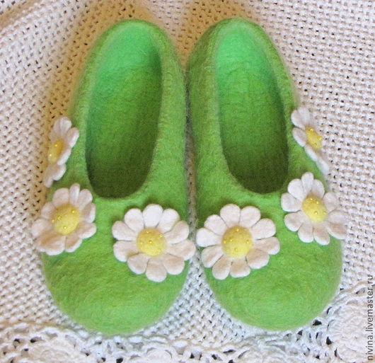 """Обувь ручной работы. Ярмарка Мастеров - ручная работа. Купить тапочки""""раз ромашка,три ромашка"""". Handmade. Салатовый, шерсть 100%"""