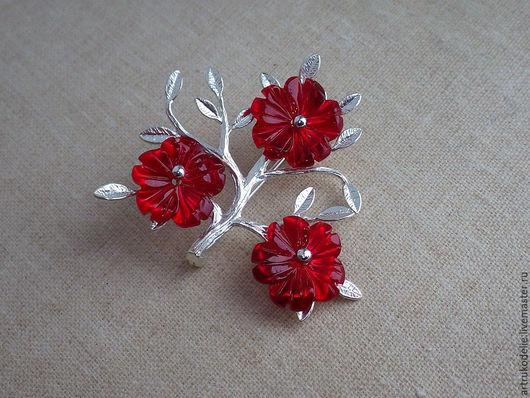 Нежнейшая маленькая брошка из фурнитуры серебряного цвета в виде веточки и цветочков из перламутра алого цвета. Размер броши 3,5 х 4 см