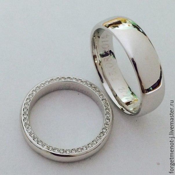 Обручальные кольца из белого золота. Кольцо невесты украшено россыпью сверкающих бриллиантов :-)