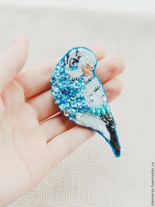"""Броши ручной работы. Ярмарка Мастеров - ручная работа. Купить Вышитая брошь попугай """"Parakeet"""". Handmade. Брошь птичка"""
