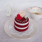 Кукольная еда ручной работы. Ярмарка Мастеров - ручная работа Пирожное из фетра Красный бархат с розой. Handmade.