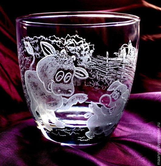 Рисунок на стакане выполнен с помощью ручной алмазной гравировки.