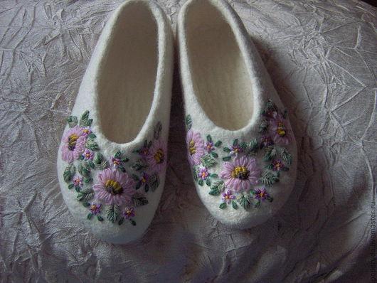 Обувь ручной работы. Ярмарка Мастеров - ручная работа. Купить Тапочки. Handmade. Белый, вышивка ручная, войлок ручной работы