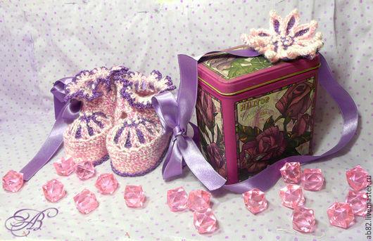 Купить красивый и практичный комплект в подарок маме с малышкой на выписку из роддома. Теплые пинетки, связаные крючком и нарядная повязка на голову – замечательный подарок: Для новорожденных детей пи