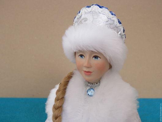 Авторская кукла Снегурочка в серебристой парчовой шубке, отделанной мехом. На плече русая коса. Верная спутница Деда Мороза. Любимый сказочный персонаж взрослых и детей.