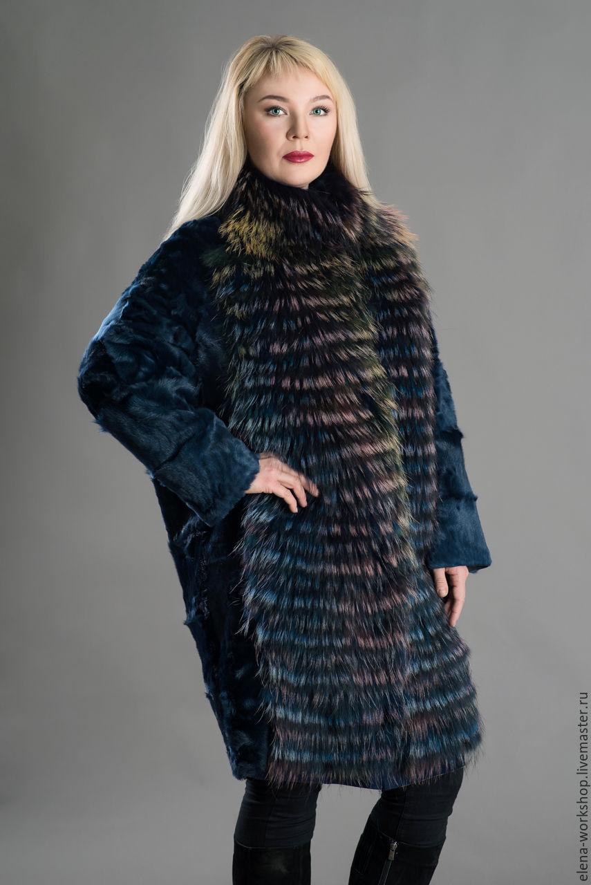 Пальто оверсайз из каракуля синего цвета с отделкой из меха енота цвета `мультиколор`. ВОЗМОЖЕН ИНДИВИДУАЛЬНЫЙ ПОШИВ ЛЮБОЙ РАЗМЕР И ЦВЕТ