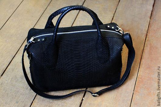 Стильная женская сумка - саквояж из натуральной кожи питона черного цвета