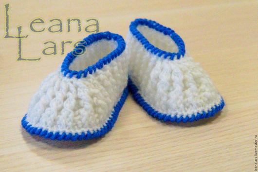 Обувь ручной работы. Ярмарка Мастеров - ручная работа. Купить Белые пинетки с синим кантом. Handmade. Пинетки вязаные