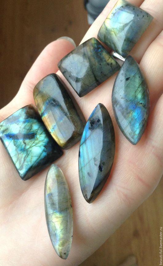 Три камня в нижнем ряду формы маркиз проданы.