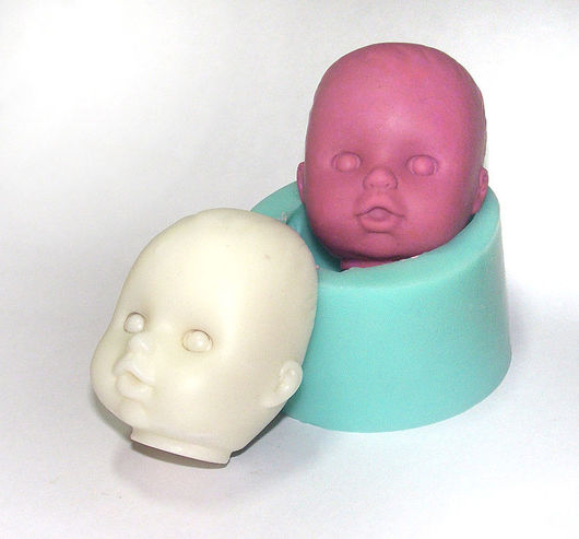 Белая голова изготовлена методом заливки, красная – вдавленный пластилин.