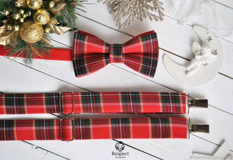 Новогодний подарочный комплект состоящий из красной галстук бабочки с бомбическим рисунком в шотландскую клетку и красных подтяжек в той же расцветке. Прекрасный подарок на день рождения или Новый год