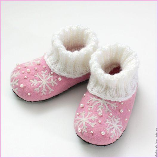 """Обувь ручной работы. Ярмарка Мастеров - ручная работа. Купить Тапочки детские из шерсти """"Снежинки"""". Handmade. Бледно-розовый, тапочки"""
