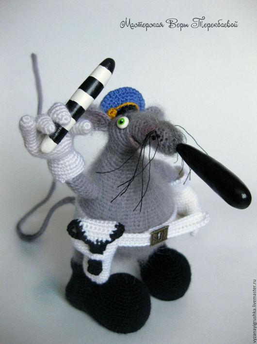 Игрушки животные, ручной работы. Ярмарка Мастеров - ручная работа. Купить Игрушка вязаная Мышка-гаишник. Handmade. авторская игрушка